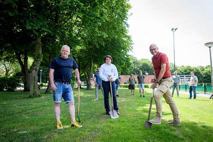 Wijkvoorziening 't Doesgoor krijgt op het gelijknamige sportpark in Goor een beweegpark. Gistermiddag was de aftrap met alle betrokkenen. Vlnr: Peter Velderman, Stan Bakker en Arthur Smit.