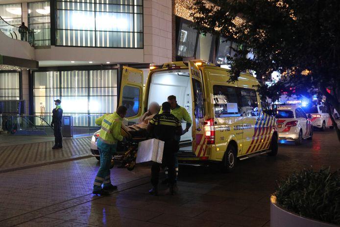Een persoon wordt gewond afgevoerd op de Grote Marktstraat