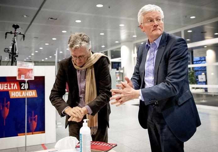 De burgemeesters Jorritsma van Eindhoven en Weterings van Tilburg wassen hun handen voor een overleg in Den Haag met minister Grapperhaus, maandagavond.