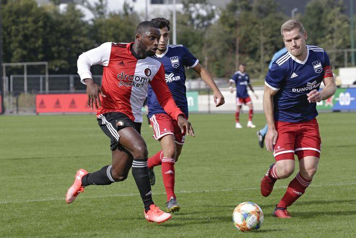 Jochem Jansen probeert  Junior Obiku van SC Feyenoord af te stoppen in de eerste wedstrijd van dit seizoen. Ploeggenoot Kerem Cifci volgt de tweestrijd.