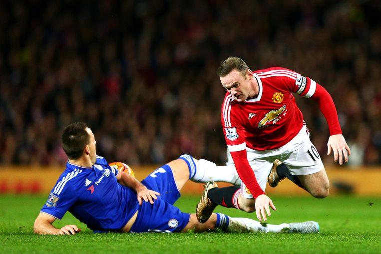 Chelsea-speler John Terry in duel met Wayne Rooney van Manchester United. Beeld null