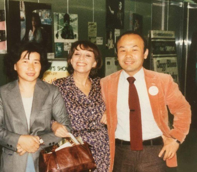 Ann Burton met Keizo Takada (haar grootste fan) en zijn vrouw. Beeld