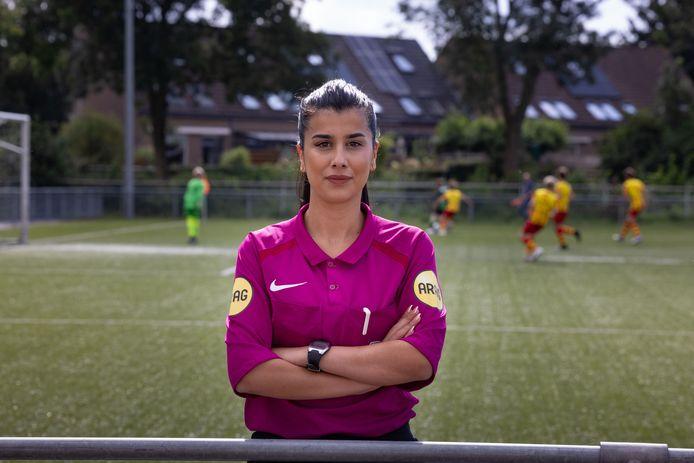 """Özge Avci, vrouwelijke arbiter te Kampen. ,,Mijn sterkste punt is dat ik goed kan uitleggen waarom ik fluit."""""""