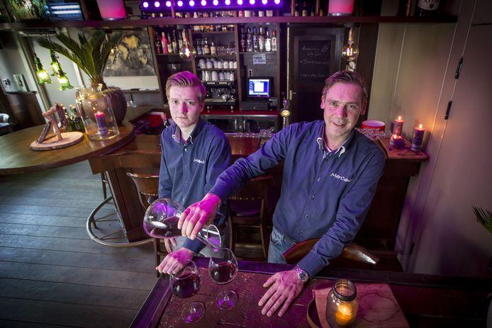 Marc Nolte (R) en Niels Stroot (L) van hotel-restaurant Marcant in Tubbergen. Een echtpaar logeerde een week in het hotel en ging er zonder te betalen vandoor.