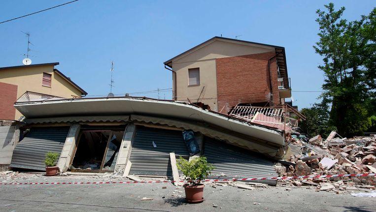 Een verwoest huis in Cavezzo, na de aardbeving van gisteren. Beeld REUTERS