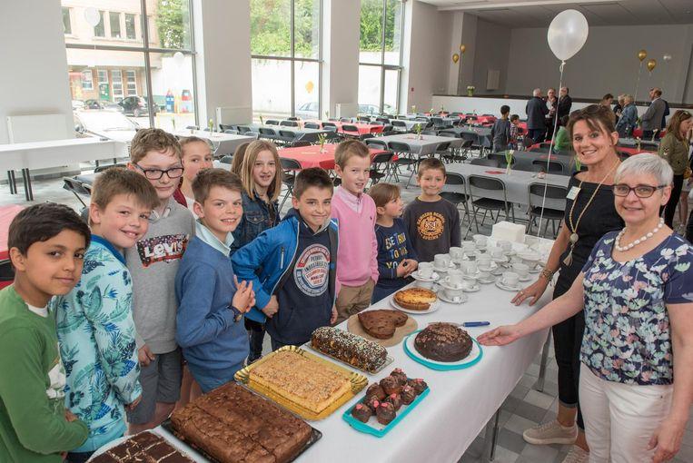 De nieuwe polyvalente zaal werd gevierd met een lekker stukje taart.