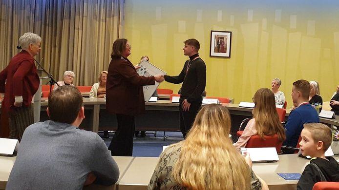 De jonge helden worden gefeliciteerd in de raadzaal van Beuningen.