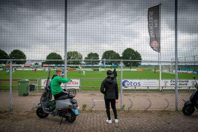'Het nieuwe normaal: publiek buiten de hekken bij Spero in Elst.