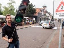 Actie in Needse Oudestraat: 'Pas op: overstekende obers!'