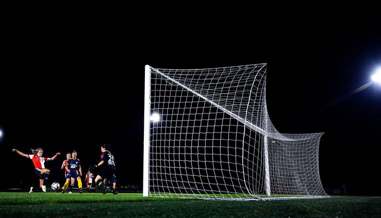 Oefenduel Feyenoord - FC Eindhoven, Pia Rijsdijk scoort de 3-0 voor Feyenoord. Beeld Klaas Jan van der Weij / de Volkskrant