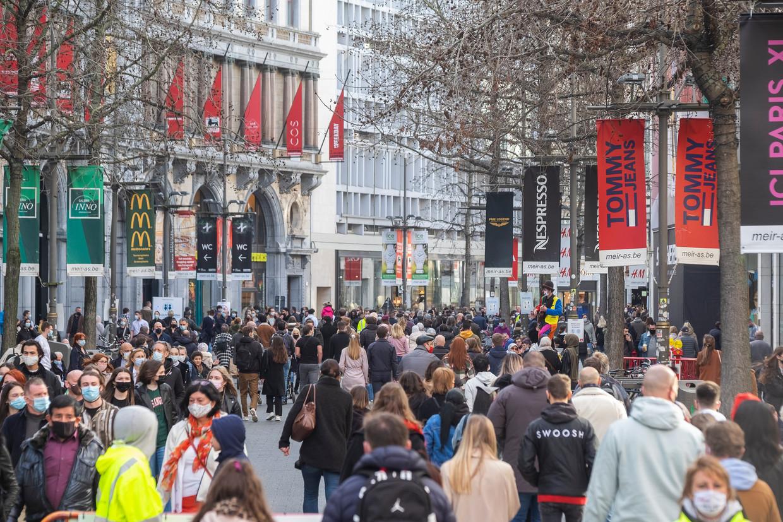 Veel volk in winkelstraat de Meir in Antwerpen, bij de eerste lenteprik. Maar Steven Van Gucht waarschuwt: 'We moeten dus nog even op de rem staan, zodat we vanaf april voorzichtig kunnen versoepelen.' Beeld Klaas De Scheirder