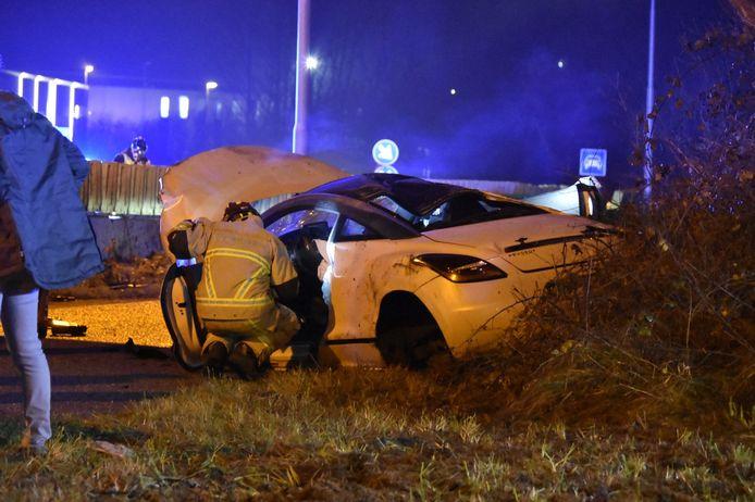 De inzittenden, een man en een vrouw, werden met de ambulance naar het ziekenhuis gebracht. De auto raakte zwaar beschadigd.