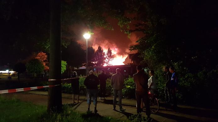 Een bedrijfspand in Ede staat deze dinsdagavond in brand.