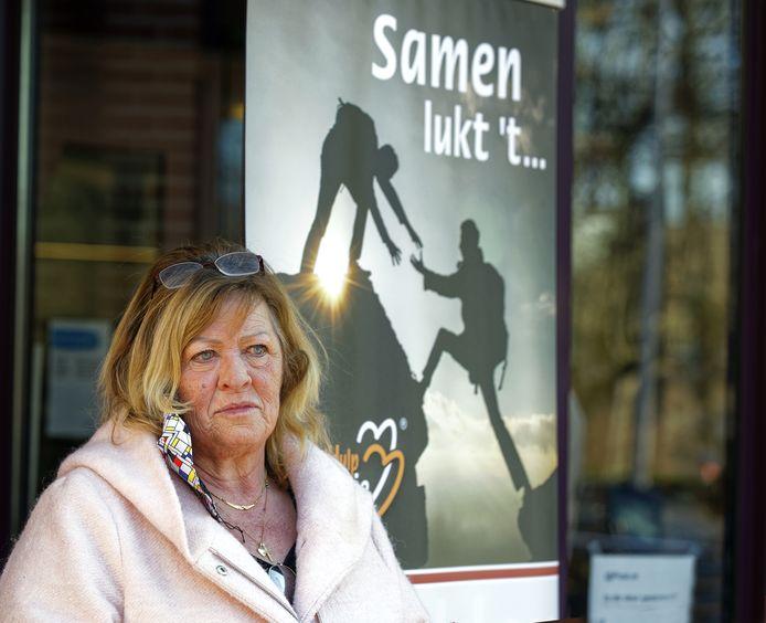 Tilly de Vos doet de intake voor mensen die hulp zoeken bij schulden wegwerken.