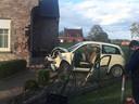 De auto knalde tegen de hoek van de woning in Lichtervelde.