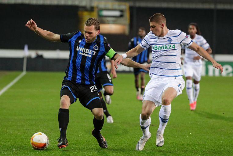 Vitaliy Mykolenko (r) in duel met Ruud Vormer (l) tijdens de Europa League-wedstrijd tussen Club Brugge en Dynamo Kiev. Beeld EPA