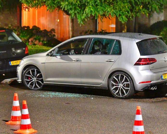 Een grijze Volkswagen Golf is dinsdagavond beschoten aan de Jeneverbeslaan in Valkenswaard.