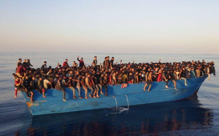 De afgeladen boot voor de kust van Lampedusa. Beeld EPA