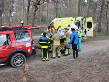 Brandweer en ambulance helpen gewonde mountainbiker midden in de bossen bij Kaatsheuvel