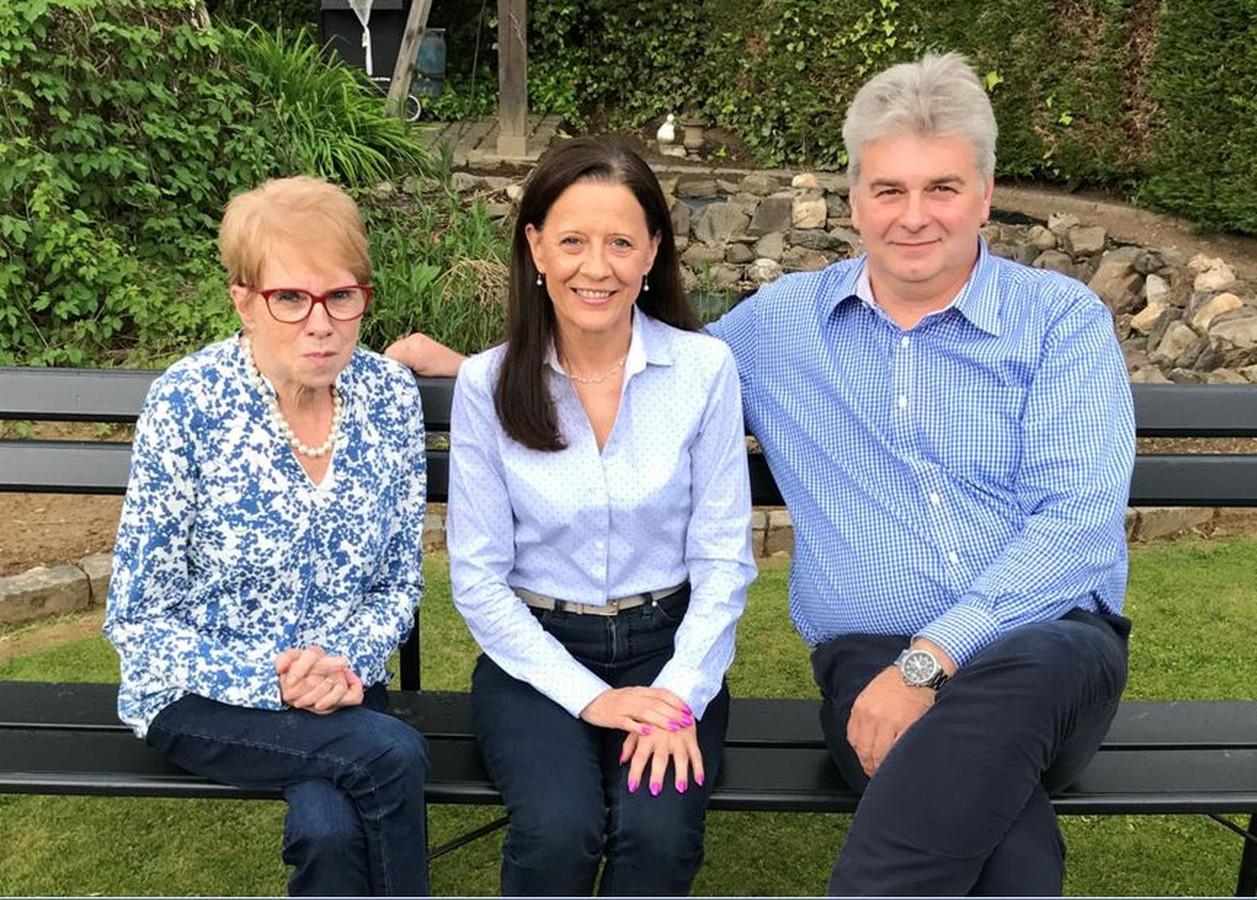 Marie-Claire Loozen tussen raadsleden Annemie Minten en Danny Puyneers.