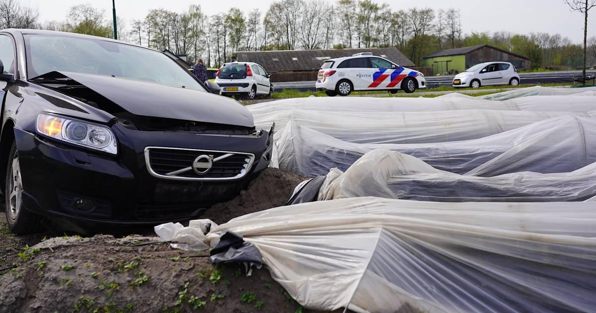 Auto belandt in aspergeveld na botsing op beruchte kruising in Rijen.