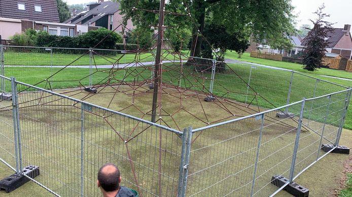 Er zijn touwen kapot en daardoor is het niet veilig om op het klimtoestel te spelen, zegt de gemeente Vijfheerenlanden.
