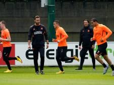 PSV'ers voor het eerst in samenleving op afstand weer in groepjes het veld op