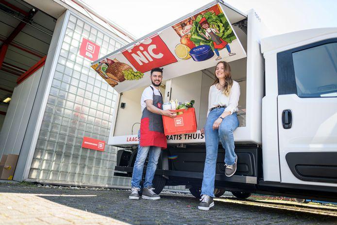 Opening van het distributiecentrum mobiele supermarkt Picnic, dat vanaf heden ook in Almelo bezorgt. Burak Kaya en Eva Prinsen