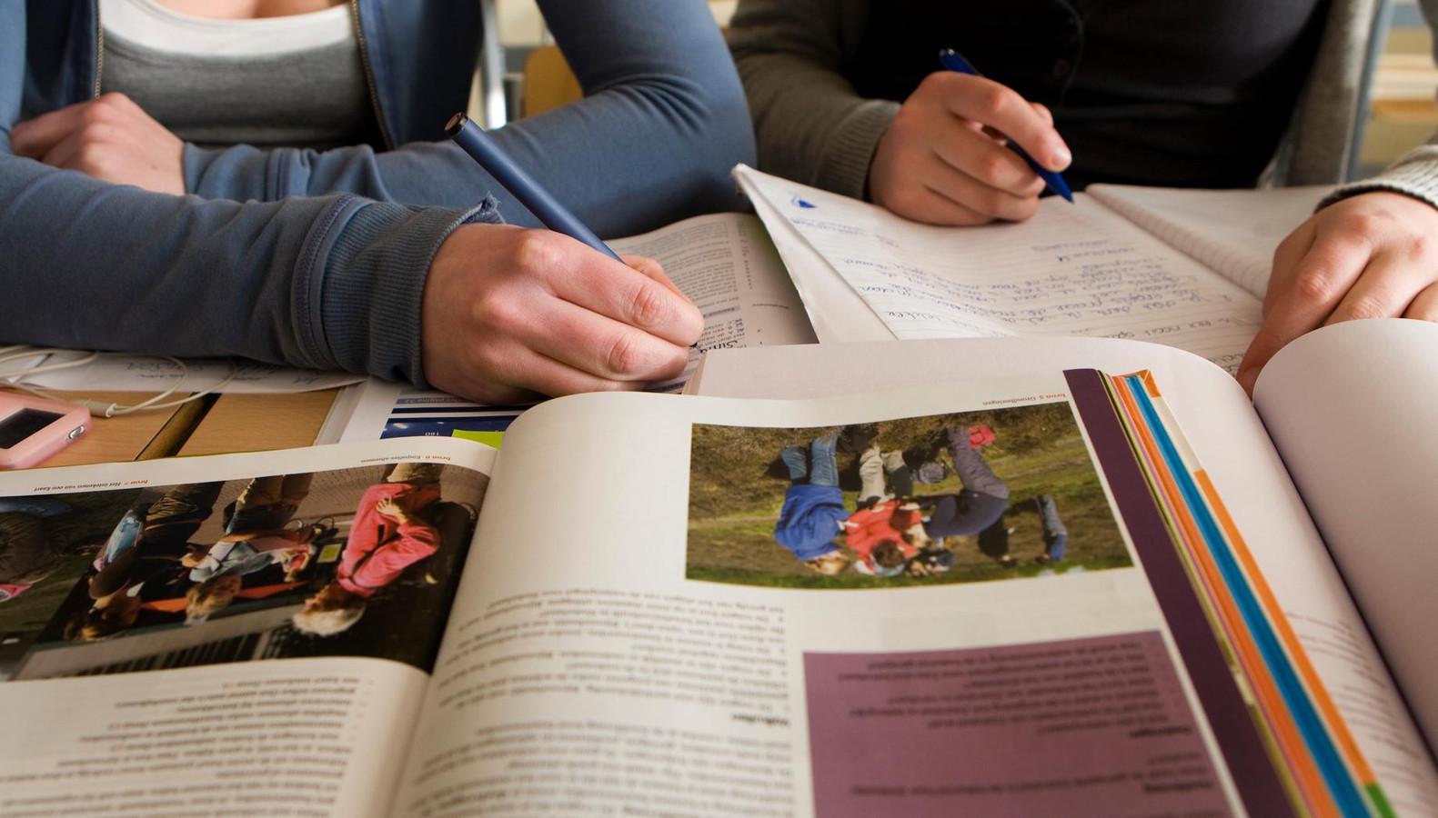 Scholieren met schoolboeken op school.