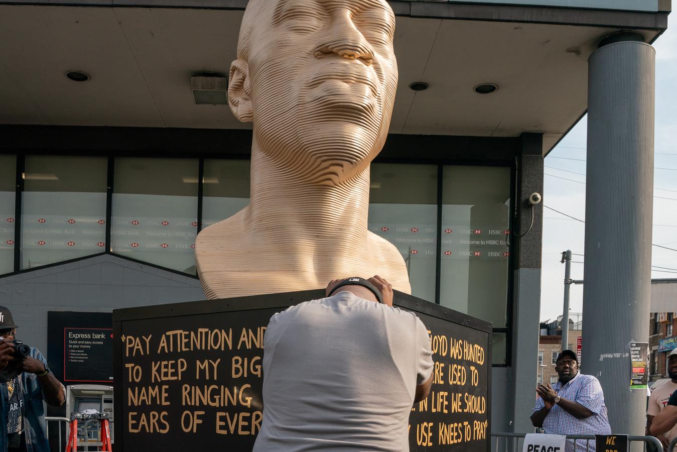 Terrance Floyd huilde gisteren tijdens de onthulling van een standbeeld van zijn broer George Floyd in de New Yorkse wijk Brooklyn.