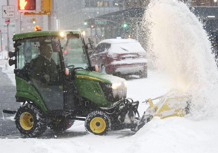 Een sneeuwruimer aan het werk in New York. Beeld Photo News