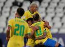 Brazilië viert de vierde treffer tegen Peru.