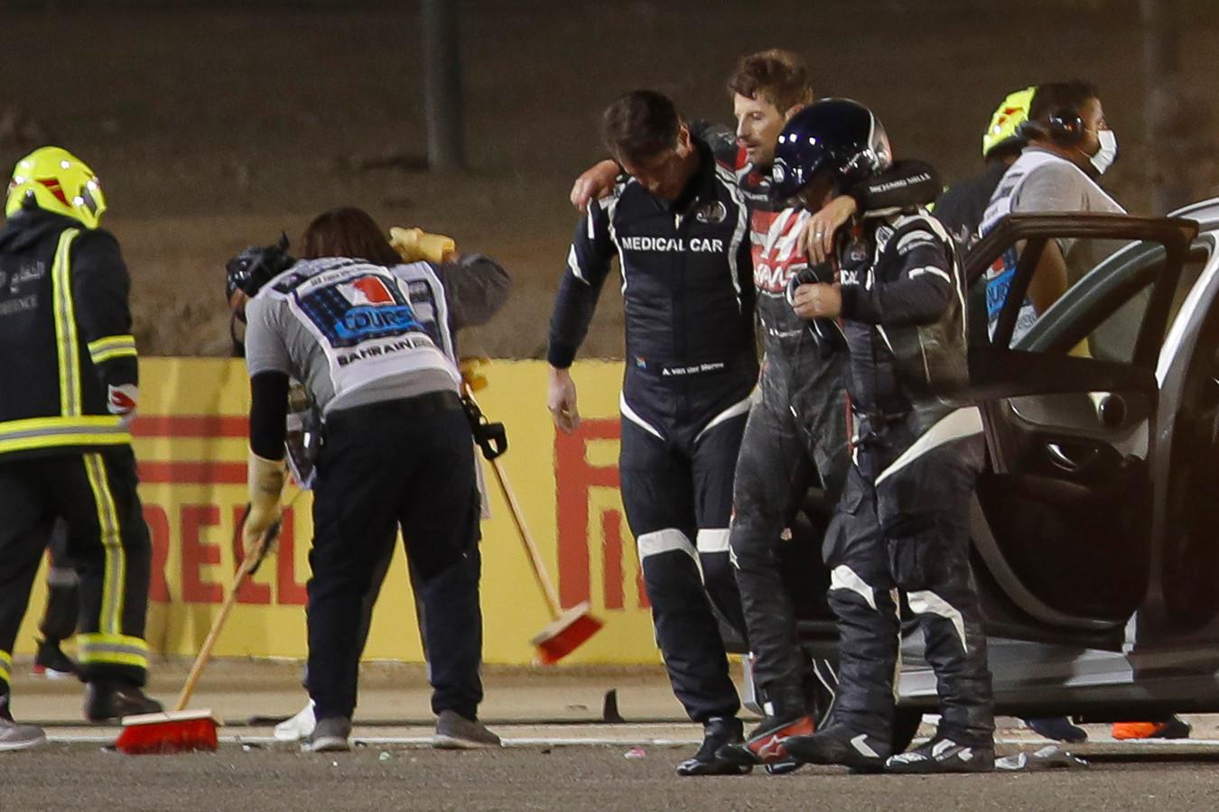 Romain Grosjean weet net op tijd aan een vlammenzee te ontsnappen.