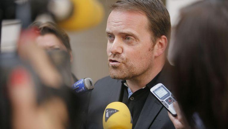 Oprichter van het Franse Bygmalion PR bedrijf, Bastien Millot, wordt onder vuur genomen door de pers. Hij stond vandaag terecht voor betrokkenheid bij 'valsheid in geschriften' in de presidentsverkiezingen van Nicolas Sarkozy in 2012. Beeld AFP