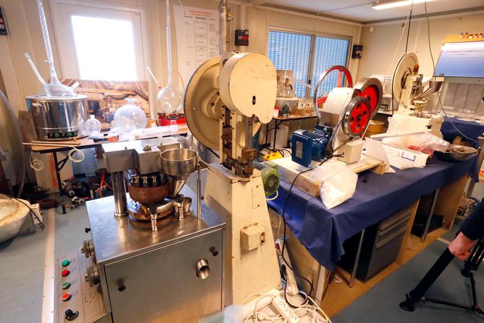 Het geheime drugslab van de politie waar agenten krijgen uitgelegd hoe speed en xtc worden gemaakt.