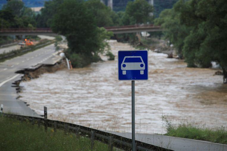 Een vernielde weg in Bad Neuenahr-Ahrweiler. Beeld REUTERS