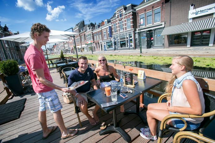 Kevin van der Toorren serveert op zijn bootterras.