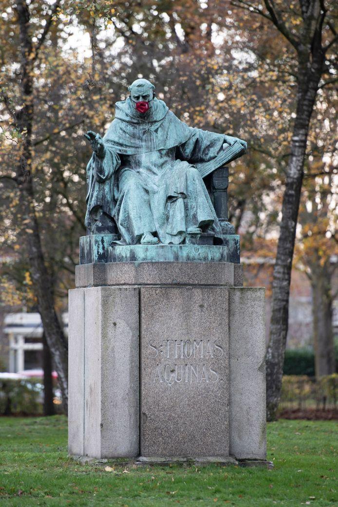 Het standbeeld van Thomas van Aquino in Nijmegen (met mondkapje).