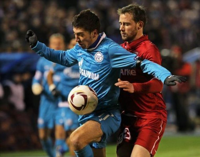 FC Twente's Oguchi Onyewu (r) in duel met Aleksandr Kerzhakov (l) van Zenit St. Petersburg. © epa Beeld