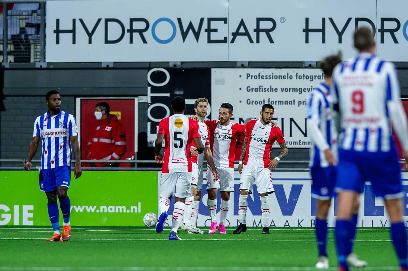Spelers van FC Emmen vieren de 1-0.