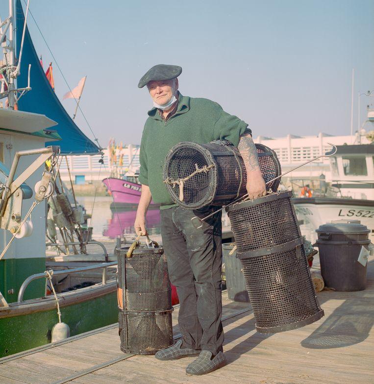 Visser Pierrot in de haven van Les Sables d'Olonne, begin maart 2021. 'Er zijn dolfijnen genoeg. Vroeger aten we ze zelfs op als we op zee waren, als er geen ander vlees was. Niemand deed daar moeilijk over'. Beeld Jules Emile