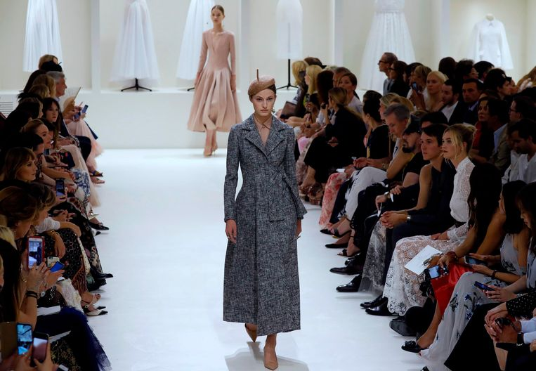 A model presents a creation by Christian Dior during the 2018-2019 Fall/Winter Haute Couture collection fashion show in Paris, on July 2, 2018. / AFP PHOTO / FRANCOIS GUILLOT Beeld AFP