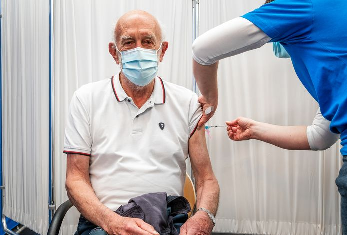 """Hendrik-Jan Heidt (77) uit Barendrecht wordt gevaccineerd. Hij is heel blij: ,,We zijn weer een fase verder richting de vrijheid."""""""