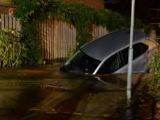 Auto verdwijnt half in zinkgat Apeldoorn