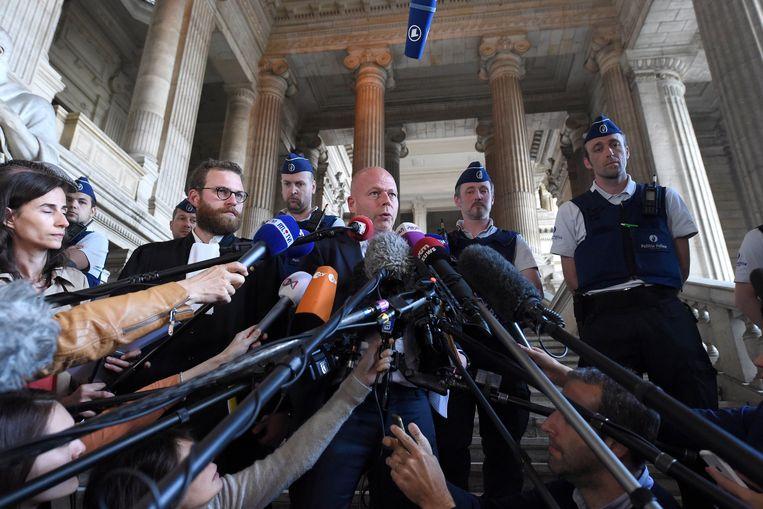 Sven Mary en confrater Romain Delcoigne staan de pers te woord. Beeld Photo News