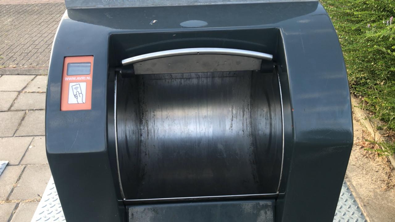 Een geopende ondergrondse container van Avri.