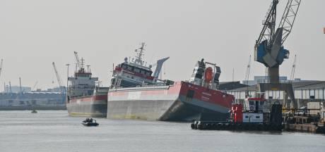 Vrachtschip in de Rotterdamse haven scheef nadat het vol water is gelopen