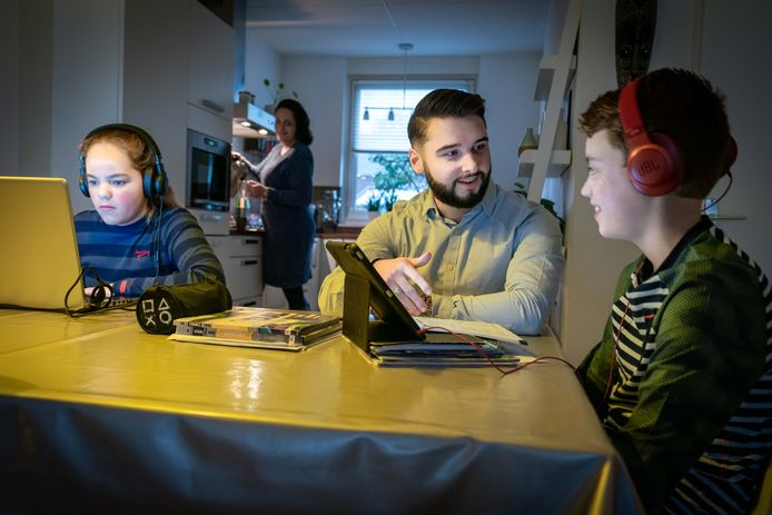 Mitchel van Reij aan het werk met Koen en Irin in Huissen. Moeder Esmay Kersten kijkt op de achtergrond toe. Foto Erik van 't Hullenaar.