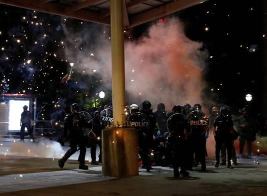 De politie treedt hard op tegen demonstranten in Minneapolis.