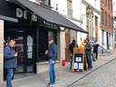 Aan de Wolmet genoten enkele klanten nog van een takeaway koffie.